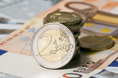 在五枚和五十欧元和硬币的有些钞票 免版税库存图片