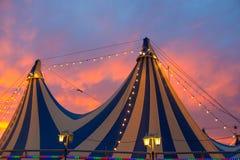 在五颜六色剧烈的日落的天空的马戏场帐篷 库存图片