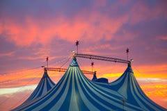 在五颜六色剧烈的日落的天空的马戏场帐篷 免版税库存图片