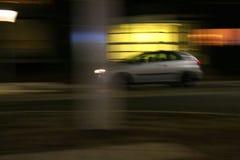 在五颜六色夜长的曝光的汽车 免版税库存图片