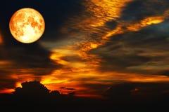 在五颜六色的云彩和彩虹天空的血液月亮 图库摄影