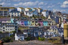 在五颜六色的五颜六色的房子Brixham Torbay德文郡E的明亮的光 免版税库存图片