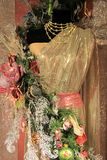 在五颜六色的圣诞节装饰品盖的时装模特 免版税图库摄影