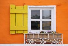 在五颜六色的墙壁上的白色窗口 库存图片