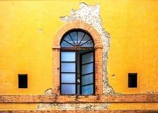 在五颜六色的墙壁上的窗口在锡耶纳意大利 免版税库存图片