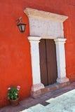 在五颜六色的墙壁的门道入口有灯笼的 库存照片