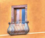 在五颜六色的墙壁的经典窗口 免版税库存图片