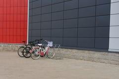 在五颜六色的大厦附近的自行车停车处 图库摄影