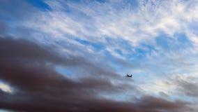 在五颜六色的天空的乘客班机 图库摄影