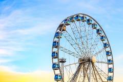 在五颜六色的天空背景的弗累斯大转轮 免版税库存图片