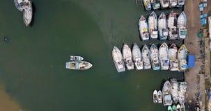 在五颜六色的小船的顶视图在具体码头附近的海表面上 股票视频