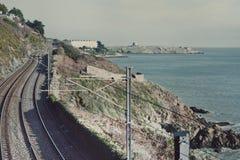 在五颜六色的山的铁路 免版税库存照片