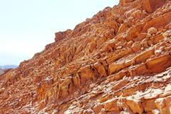 在五颜六色的峭壁的仔细的审视 免版税库存图片