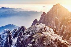 在五颜六色的峰顶上的日出 库存图片
