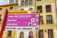 在五颜六色的房子前面的旅游标志在图德拉 免版税库存图片