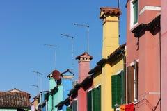 在五颜六色的房子屋顶的天线在Burano,威尼斯,意大利 免版税库存照片