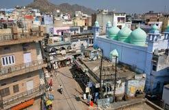 在五颜六色的房子的高峰视图在印度城市历史区域  免版税库存图片