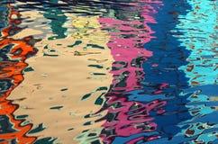 在五颜六色的房子的水的抽象反射 免版税图库摄影