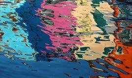 在五颜六色的房子的水的抽象反射 库存照片