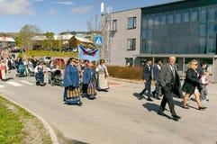 在五颜六色的挪威服装的全国儿童` s游行 免版税库存照片