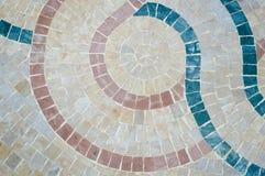 在五颜六色的摩洛哥马赛克墙壁上的特写镜头作为美好的背景 免版税库存图片