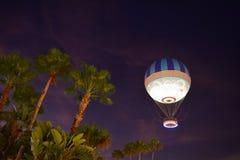 在五颜六色的日落的加勒比棕榈树和气球在布埃纳文图拉湖地区 免版税库存照片