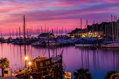 在五颜六色的日落Istria期间的Vrsar口岸,克罗地亚 免版税库存照片