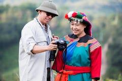 在五颜六色的服装礼服的地方小山部落享用 库存照片