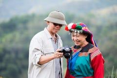 在五颜六色的服装礼服的地方小山部落享用 免版税库存照片