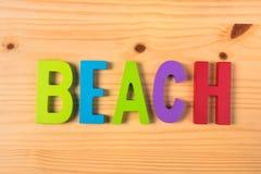 在五颜六色的木信件的海滩 免版税库存图片