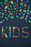 在五颜六色的木玩具块外面的孩子在黑色 免版税库存照片