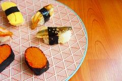 在五颜六色的板材的日本寿司 库存照片