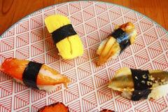 在五颜六色的板材的日本寿司 免版税库存照片