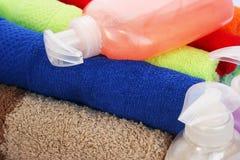 毛巾和液体肥皂瓶 库存照片