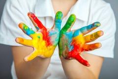 在五颜六色的油漆绘的手 免版税图库摄影