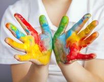 在五颜六色的油漆绘的手 库存图片