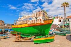 在五颜六色的渔船, Camara de罗伯斯,马德拉岛的猫鲨科干燥 库存图片