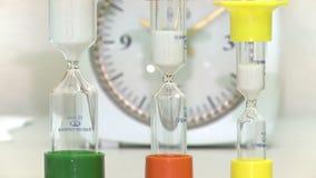 在五颜六色的烧瓶的滴漏在石英背景  股票录像