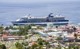 在五颜六色的热带端口的豪华游轮 免版税库存图片