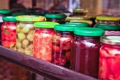 在五颜六色的瓶子的烂醉如泥的罐装菜 免版税库存照片