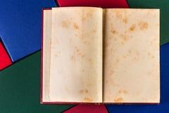 在五颜六色的盖子的旧书 免版税库存照片