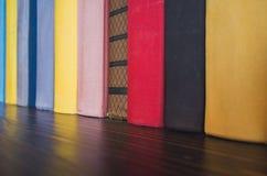 在五颜六色的盖子立场的书在架子 免版税图库摄影