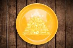 在五颜六色的盘板材的手拉的食物金字塔 库存照片