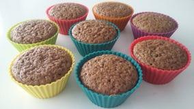 在五颜六色的硅树脂烘烤的杯子的自创可可粉松饼 库存图片