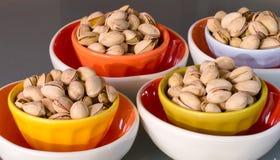 在五颜六色的碗的开胃快餐卡路里开心果 库存图片