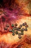 在五颜六色的神秘的布料的木德国futhark诗歌 免版税库存图片