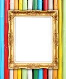 在五颜六色的竹墙壁上的空白的金黄框架 库存照片