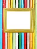 在五颜六色的竹墙壁上的空白的金黄框架 库存图片