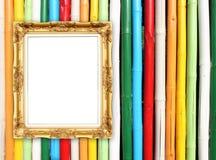 在五颜六色的竹墙壁上的空白的金黄框架 免版税库存图片