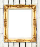 在五颜六色的竹墙壁上的空白的金黄框架 图库摄影